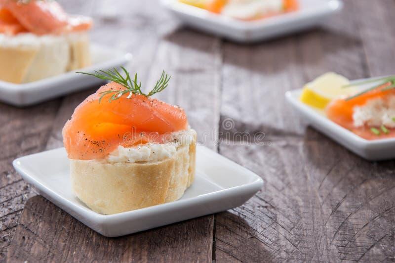 Hors-d'oeuvres saumonés de petites plaques photos stock