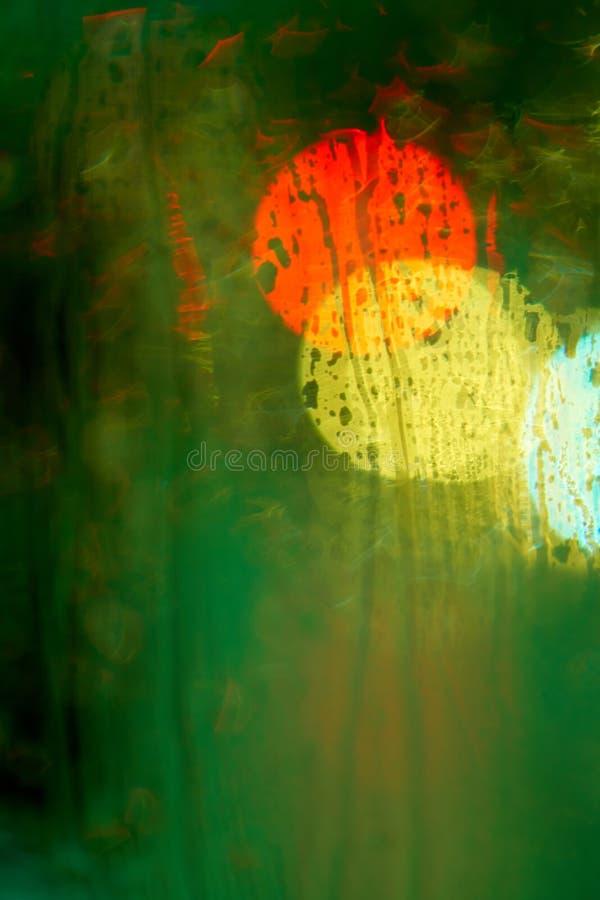 Hors de la vue de foyer des réverbères de nuit par la fenêtre dans t photo stock