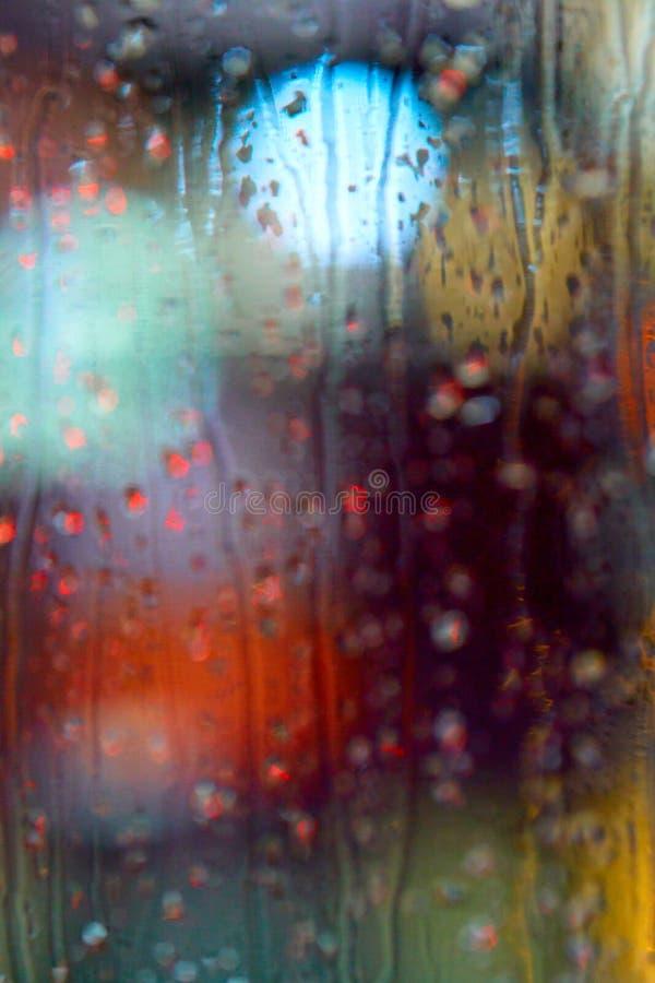 Hors de la vue de foyer des réverbères de nuit par la fenêtre dans t image stock
