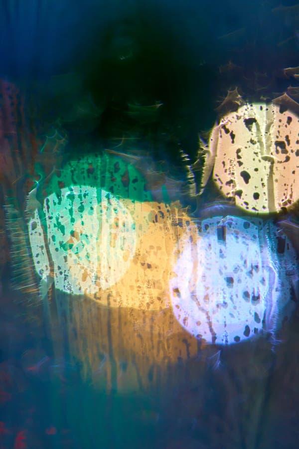 Hors de la vue de foyer des réverbères de nuit par la fenêtre dans t photo libre de droits