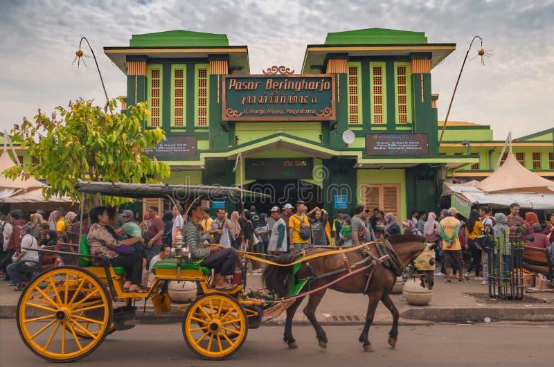 A Horse Carriage through the Beringharjo Market in Yogyakarta, Indonesien, 28 december 2019 arkivfoto