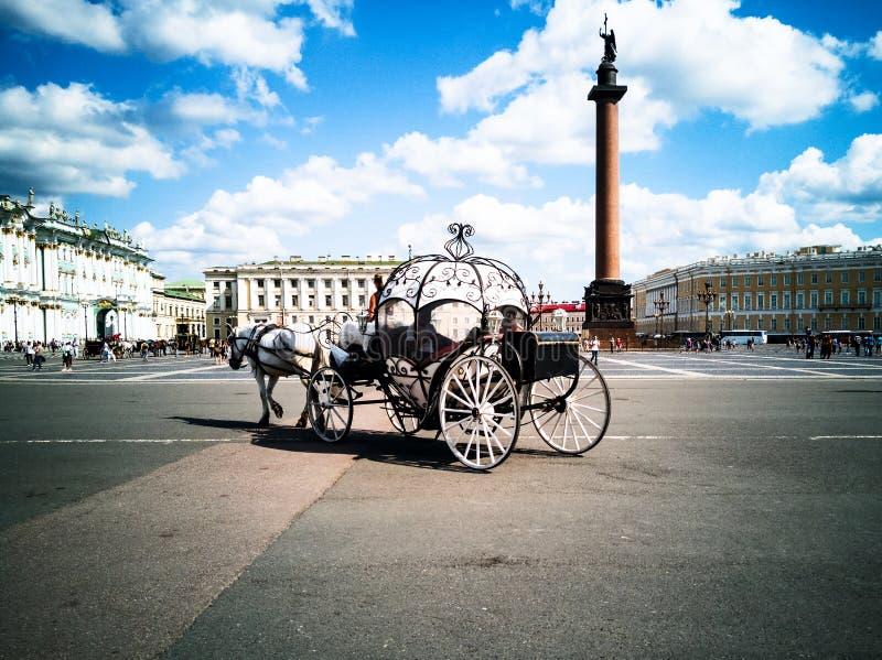 Horse-drawn μεταφορές, τετράγωνο παλατιών στοκ φωτογραφία με δικαίωμα ελεύθερης χρήσης