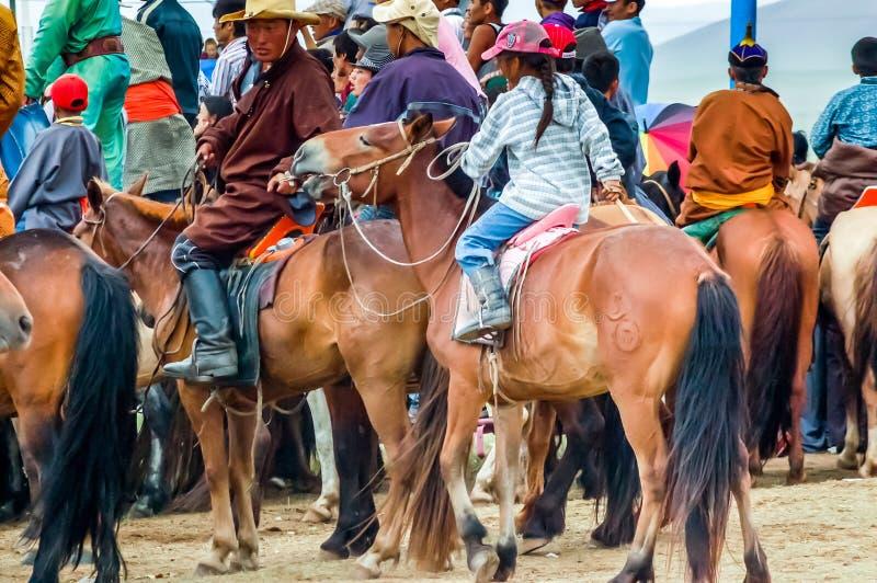 Horseback toeschouwers, Nadaam-paardenkoers, Mongolië stock fotografie