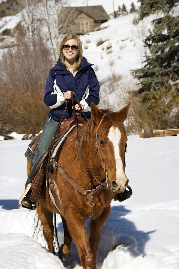 Horseback van de vrouw het berijden. stock afbeeldingen