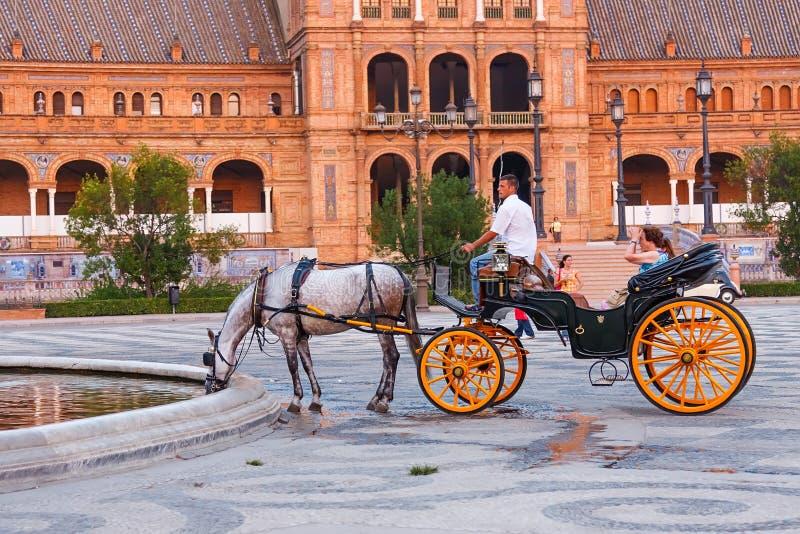 Horsedrawn тележка на Площади de Espana, Севил, Испании стоковая фотография