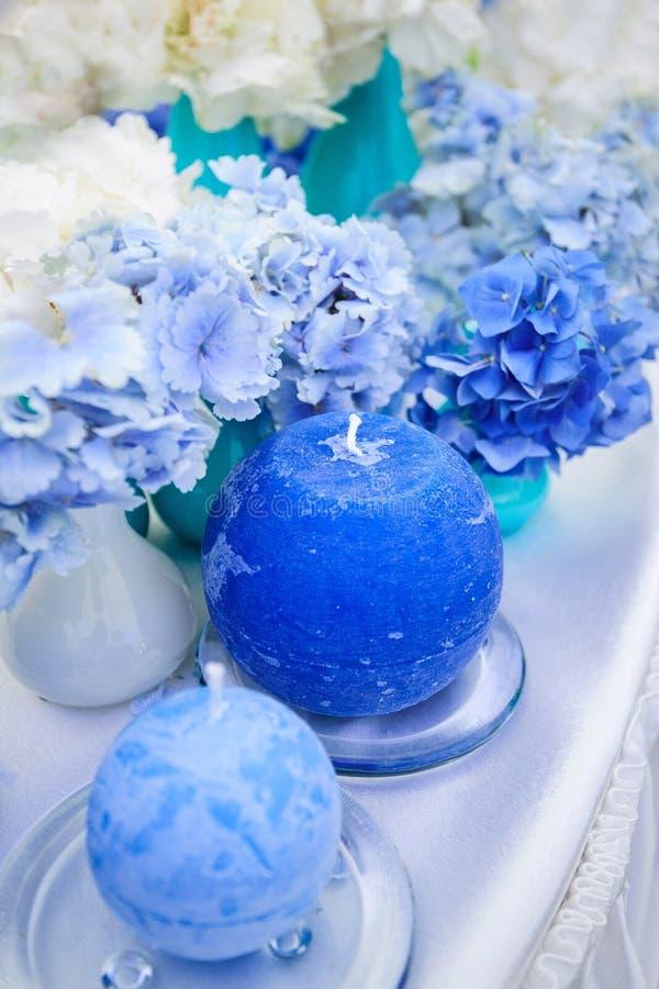 Hortênsias e velas azuis fotos de stock