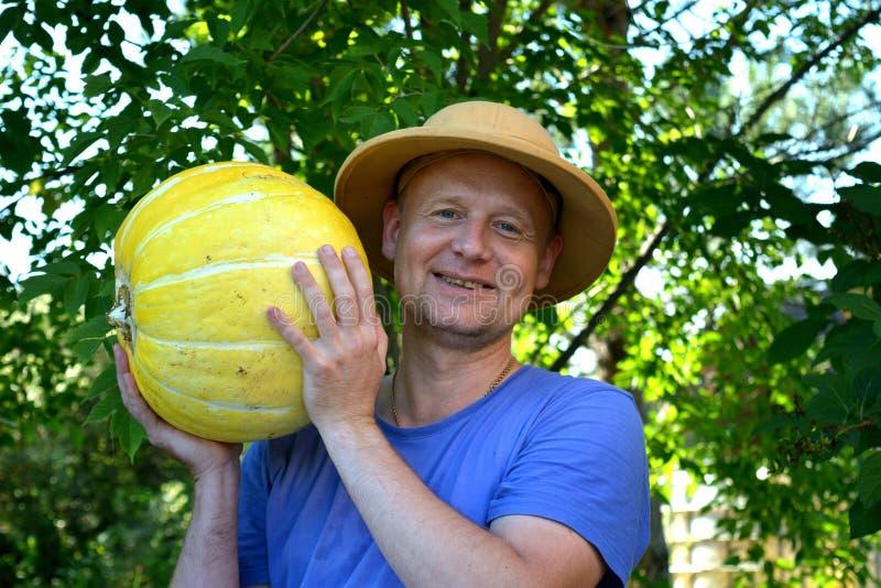 Horticulteur montrant un potiron photographie stock libre de droits
