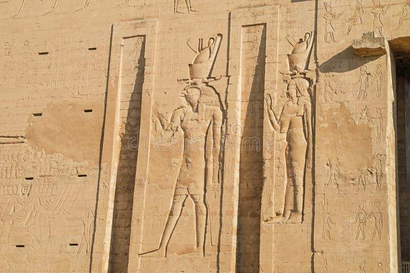 Horus e ISIS en la entrada del templo de Horus imagenes de archivo