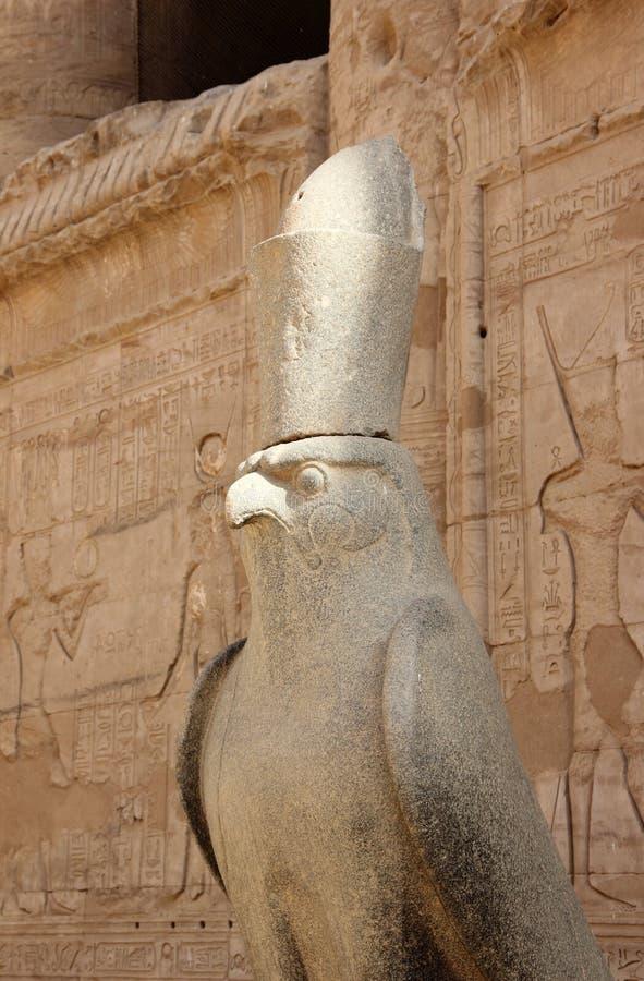 Horus am Eingang zum großen Hof Tempel von Edfu lizenzfreie stockbilder