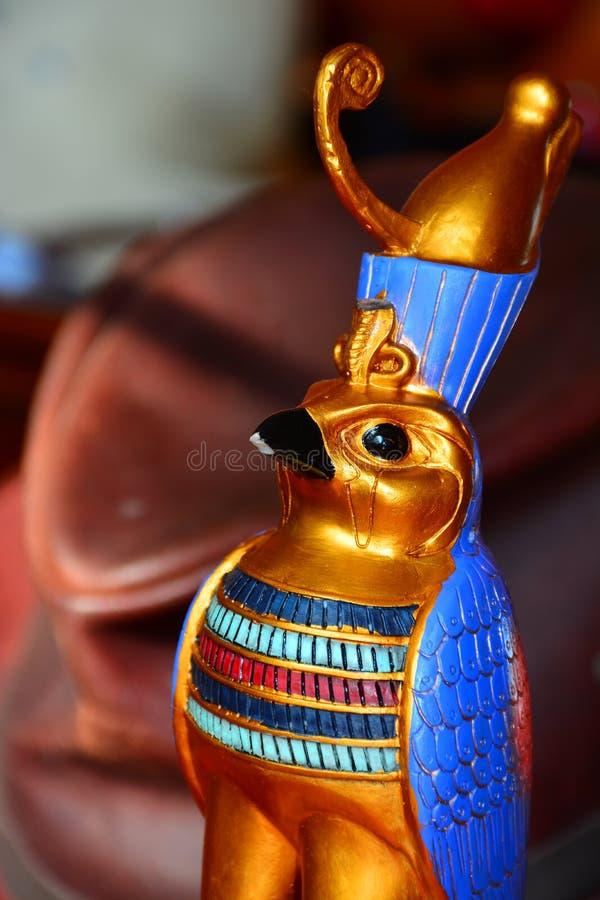 Horus, estátua do falcão do ouro imagens de stock royalty free