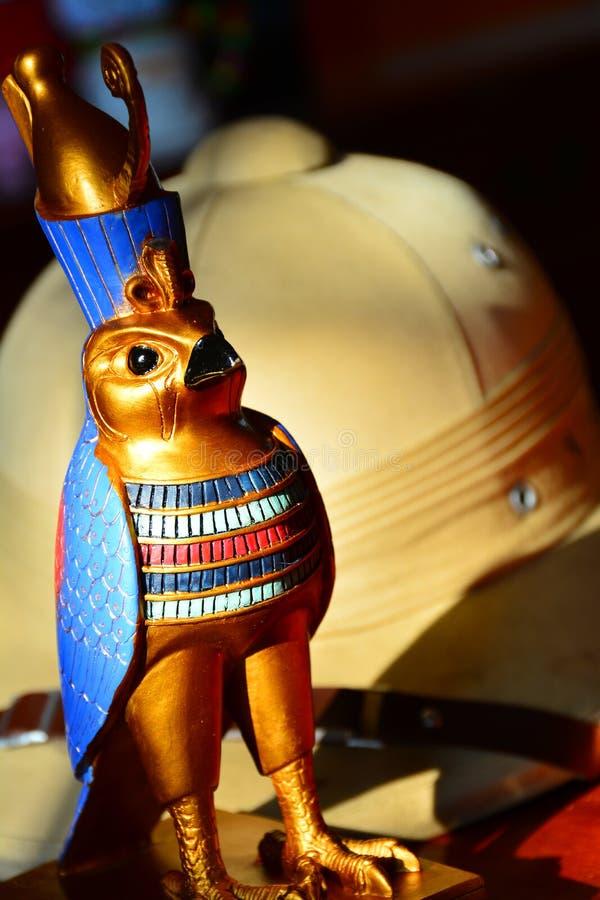 Horus, estatua del halcón del oro imagenes de archivo