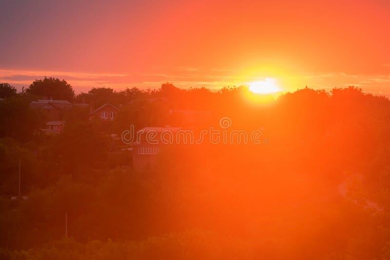Horyzont linia wieś z słońca położeniem obrazy stock
