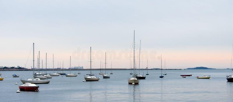 Horyzont z żagiel łodziami w Boston, obraz royalty free