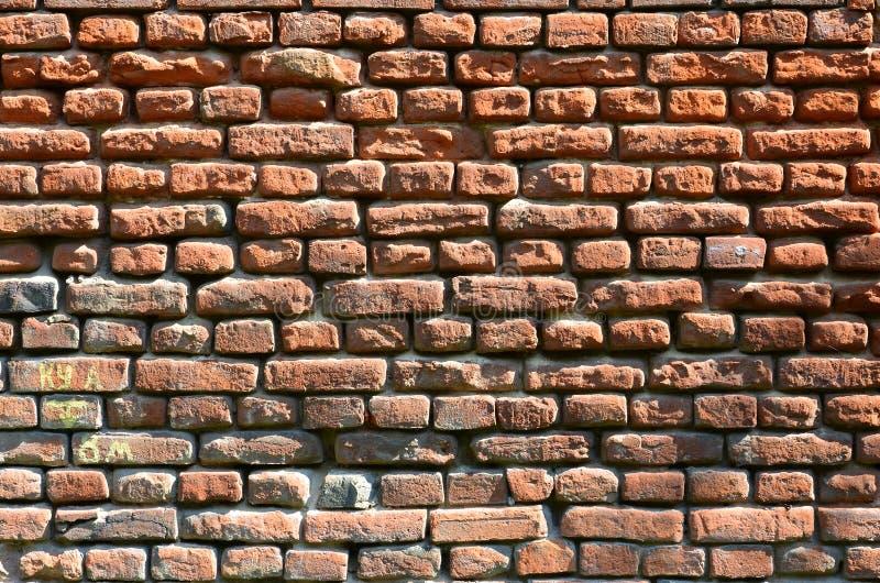 Horyzontalna ścienna tekstura kilka rzędy bardzo stary brickwork robić czerwona cegła Rozbijający i uszkadzający ściana z cegieł  zdjęcie stock