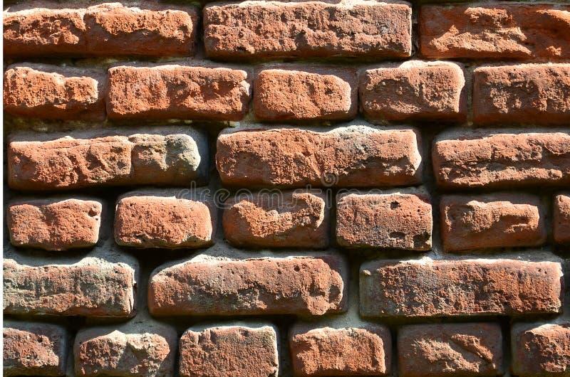 Horyzontalna ścienna tekstura kilka rzędy bardzo stary brickwork robić czerwona cegła Rozbijający i uszkadzający ściana z cegieł  obrazy stock
