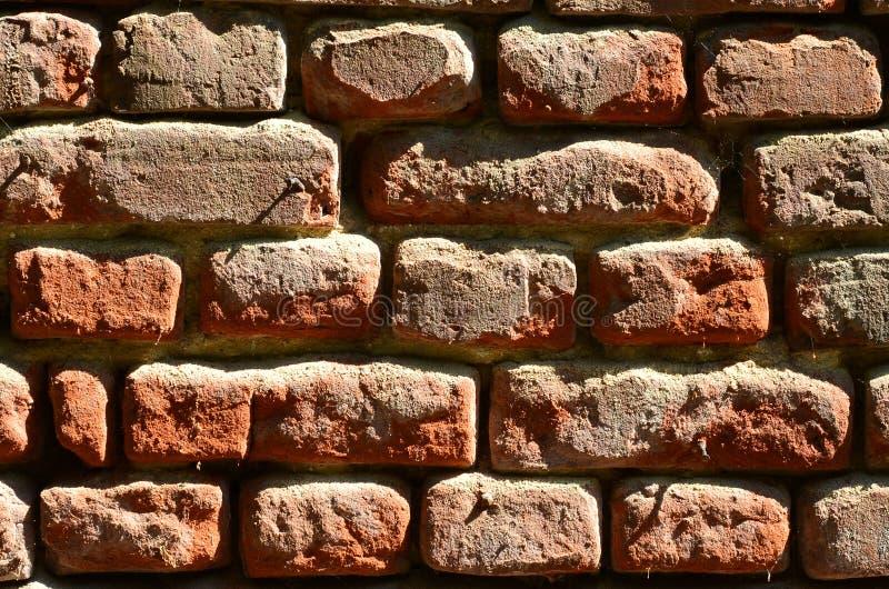 Horyzontalna ścienna tekstura kilka rzędy bardzo stary brickwork robić czerwona cegła Rozbijający i uszkadzający ściana z cegieł  obrazy royalty free