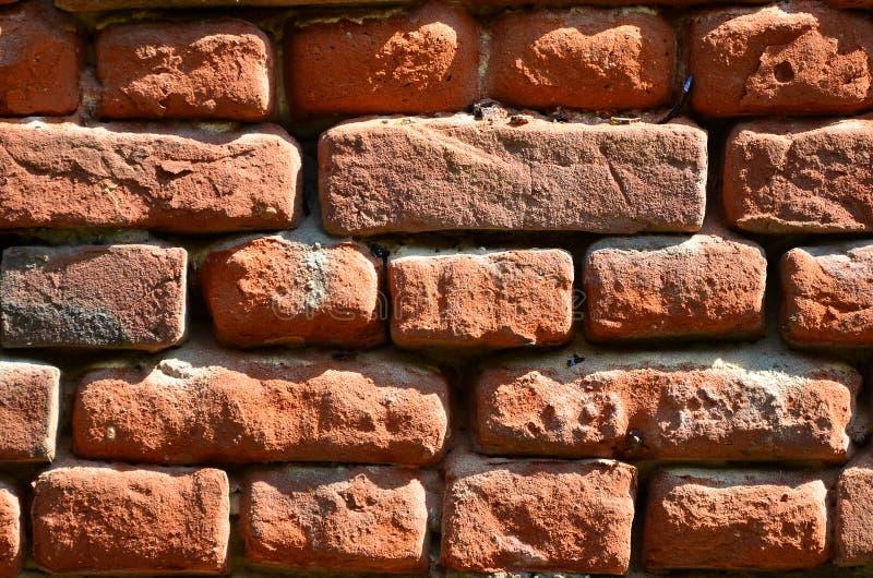 Horyzontalna ścienna tekstura kilka rzędy bardzo stary brickwork robić czerwona cegła Rozbijający i uszkadzający ściana z cegieł  obraz stock