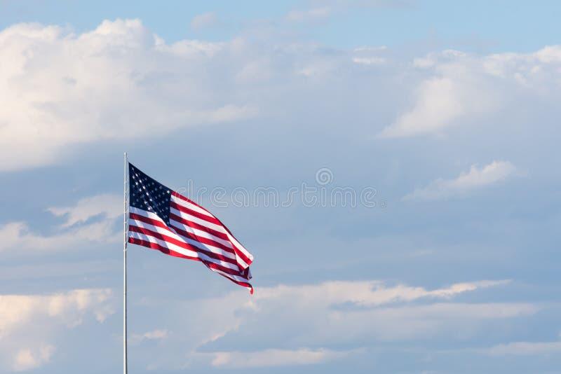 Horyzontalna flaga amerykańska Przeciw Cloudly niebu Flaga jest unfurle zdjęcia stock