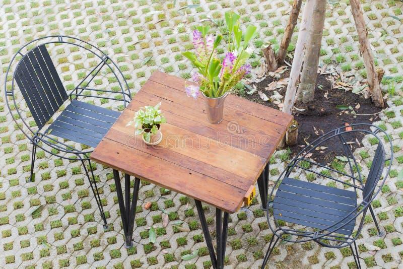 Horyzontalna fotografia Odgórny widok stół i dwa krzesła z dziurą p fotografia royalty free