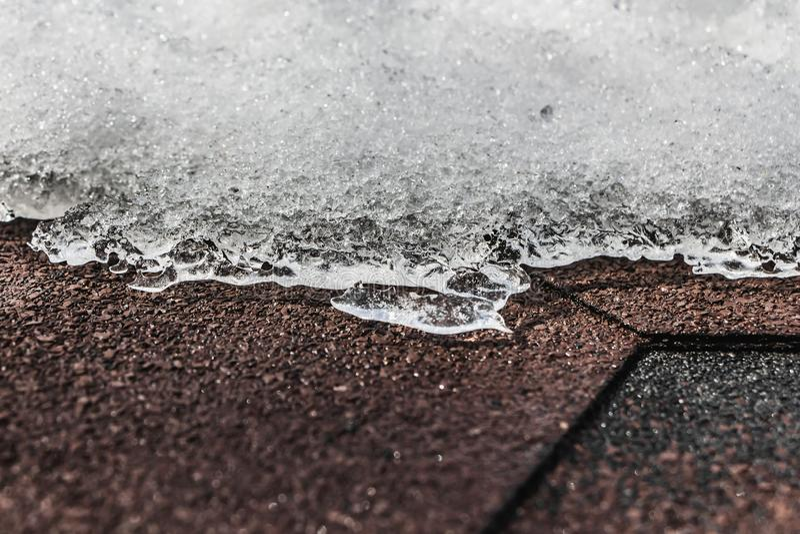 Horyzontalna tekstura snowdrift biały śnieg z lodem i bokeh światłem na brązów gontów dachu w zimie obrazy royalty free