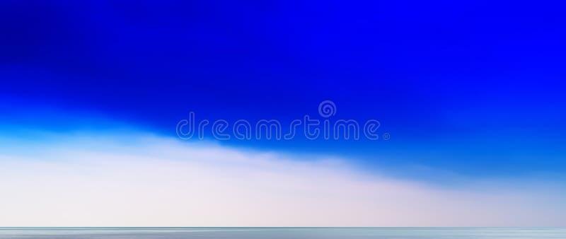Horyzontalnego żywego aqua oceanu horyzontu cloudscape błękitny prosty backg obrazy stock