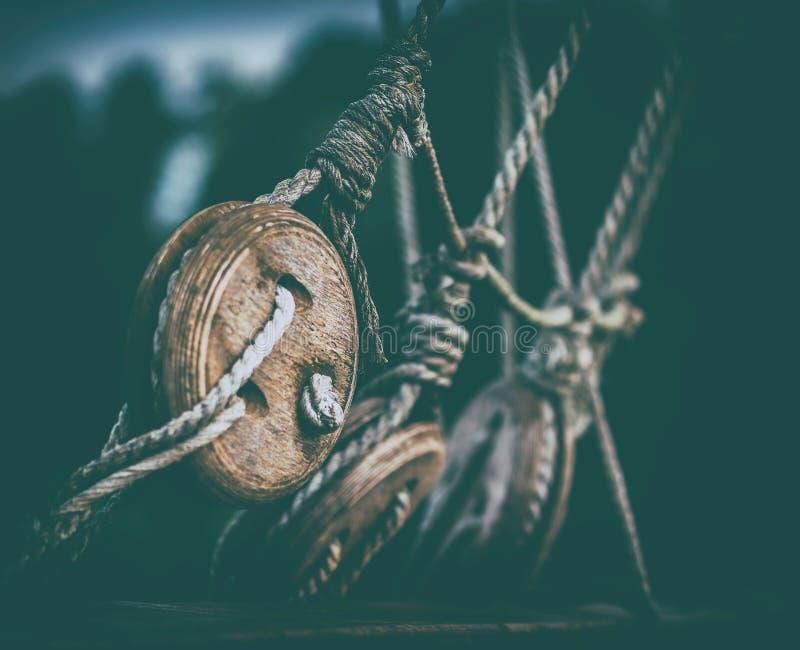 Horyzontalny średniowieczny statek arkany kabel fotografia stock