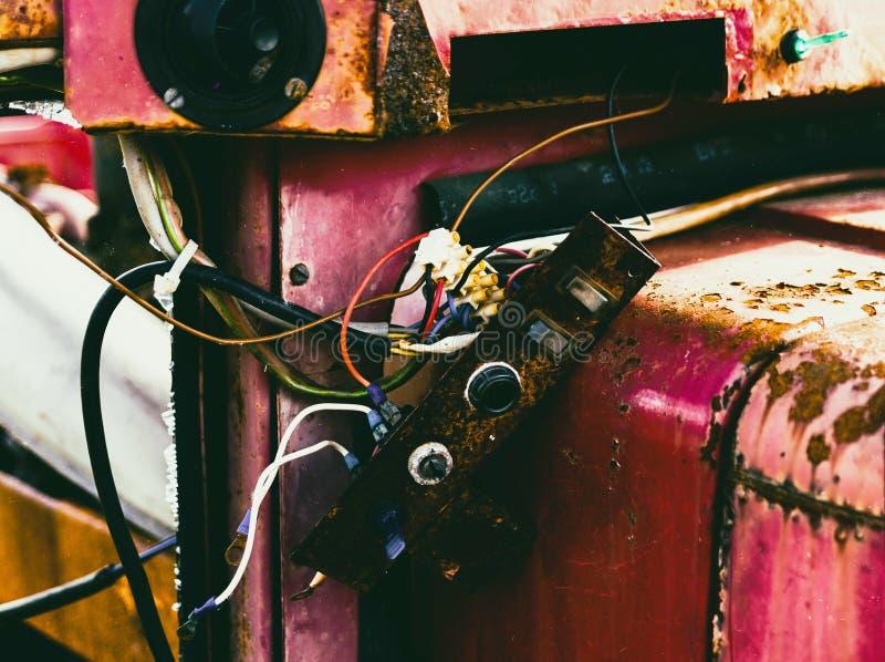 Horyzontalny czerwony rocznika ciągnik z łamanym części bokeh obraz royalty free