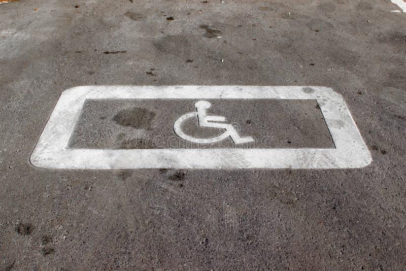 Horyzontalny drogowej powierzchni ocechowanie «parking miejsce rezerwujący dla niepełnosprawni zdjęcia royalty free