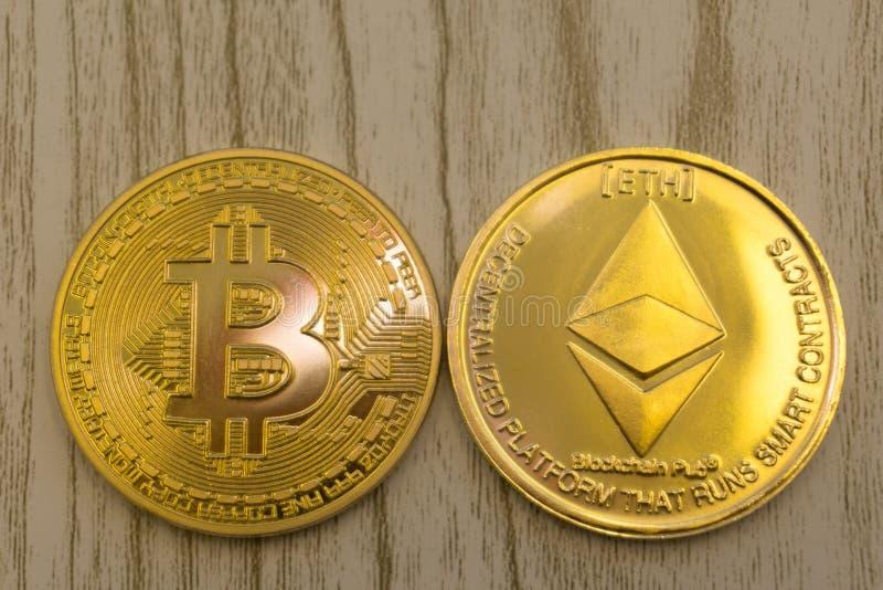 Horyzontalny odgórnego widoku zbliżenie ethereum litecoin i bitcoin sterta złota monety tła tekstura wymieniamy pojęcie obrazy stock