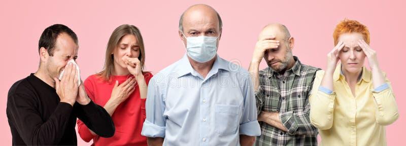 Horyzontalny portrair kilka mężczyźni ma grypę kobiety i Mężczyźni w środkowej jest ubranym dodatek specjalny masce fotografia royalty free