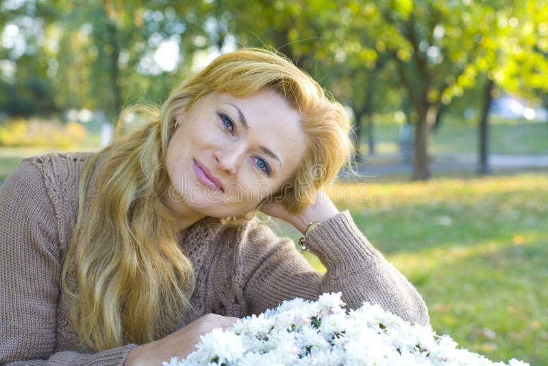 Horyzontalny portret piękna kobieta 35 rok outdoors zdjęcia stock