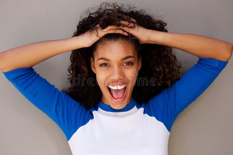 Horyzontalny portret szczęśliwa młoda murzynka z ręką w włosy obrazy royalty free