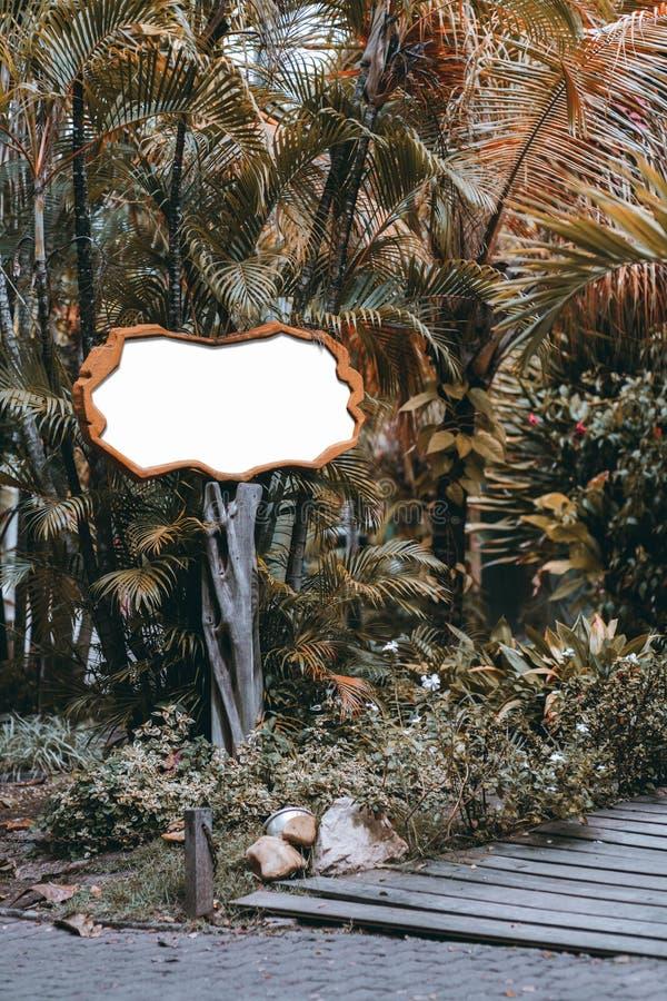 Horyzontalny signboard egzamin próbny na drewnianym filarze obrazy stock