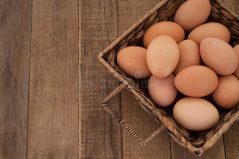 Brown kurczaka jajka z drewno stołu tłem zdjęcie royalty free