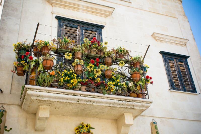 Horyzontalny widok Kwitnący balkon Matera, południe Włochy zdjęcia stock