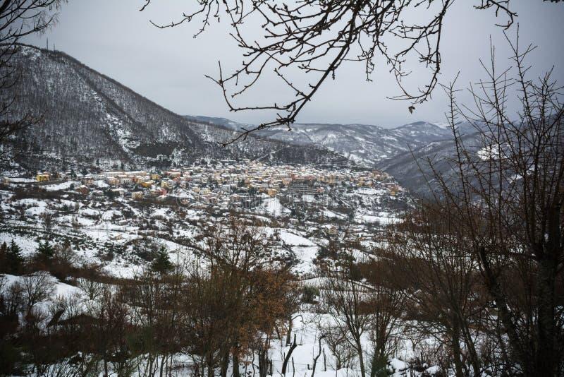 Horyzontalny widok miasteczko Terranova Di Pollino w zimie, Zakrywający z śniegiem zdjęcie stock