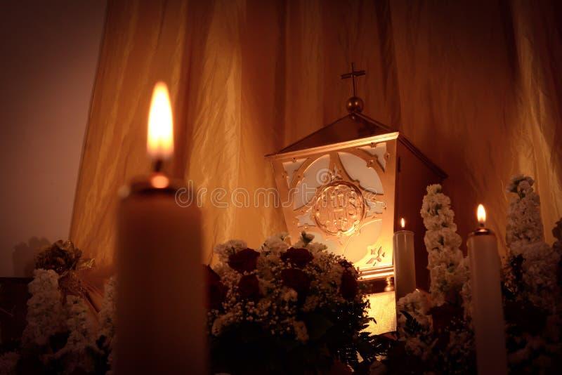 Horyzontalny widok tabernacle obok świeczki z świętym gospodarzem podczas Wielkanocnego okresu w Włochy, fotografia royalty free