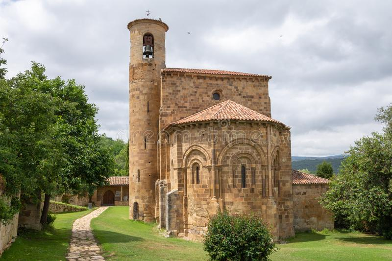 Horyzontalny widok wejście Uczelniany kościół San Martin De Elines obrazy stock