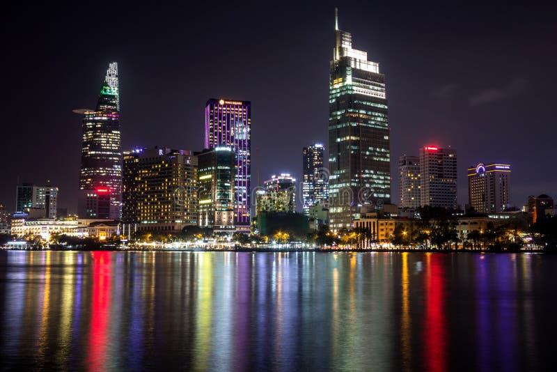 Hos Chi Minh City område för centrala affär vid natt royaltyfria bilder
