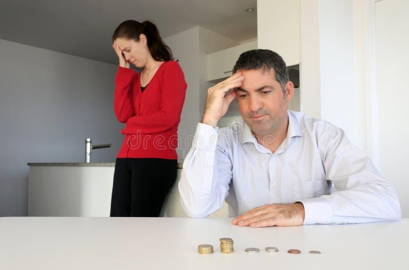 Hosband och fru som har finansiella problem arkivfoto