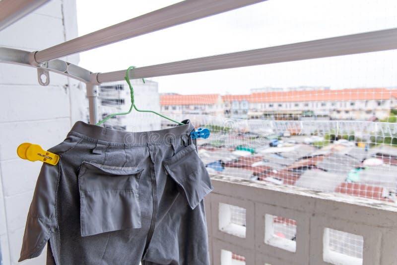 Hosen, die an der Wäscherei Innen hängen stockfoto
