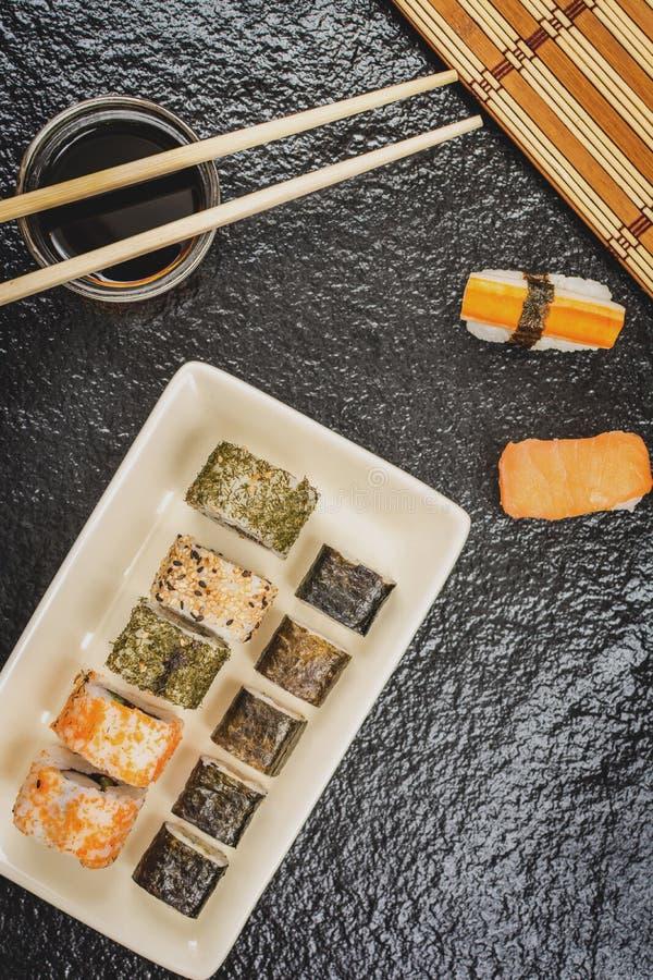 Hosomaki и uramaki кренов суш стоковое фото