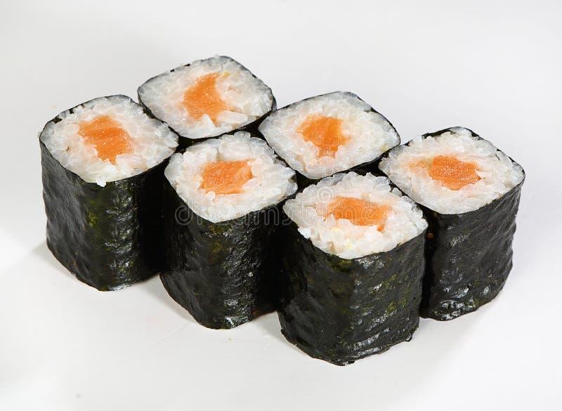 Hosomaki de Rolls Enrarezca los rollos con los salmones imagenes de archivo