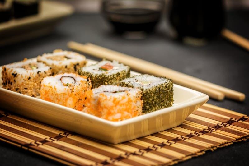 Hosomaki y uramaki de los rollos de sushi imagen de archivo libre de regalías