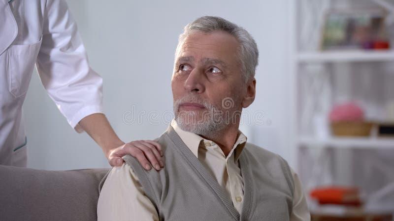 Hospicjumu pracownika zachęcanie deprymujący emeryt, centrum rehabilitacji, opieka zdjęcie royalty free