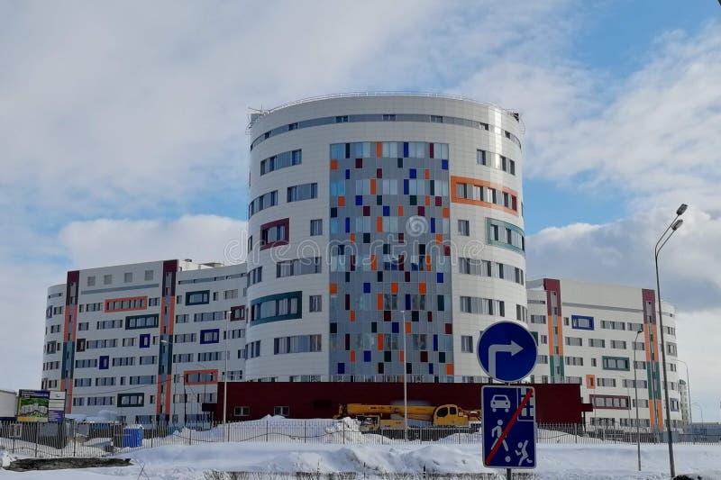 Hospital de maternidade sob a construção, mola fotos de stock