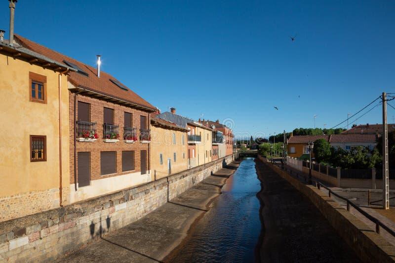 HOSPITAL DE ORBIGO卡斯蒂利亚,西班牙-小的村庄的看法沿Camino de圣地亚哥的 库存照片