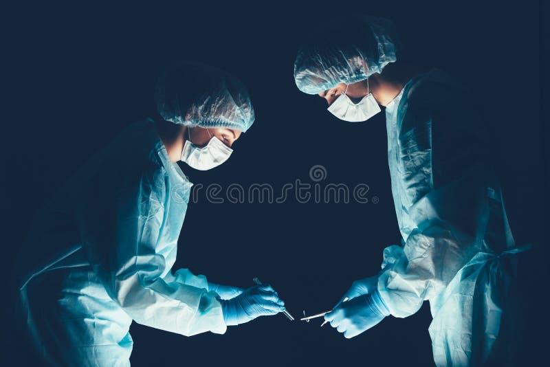 Hospital del equipo médico que realiza la operación Grupo de cirujano en el trabajo en sitio de teatro de operaciones Atención sa imagen de archivo