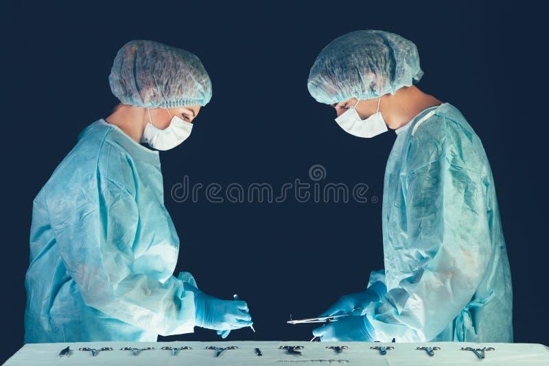 Hospital del equipo médico que realiza la operación Grupo de cirujano en el trabajo en sitio de teatro de operaciones Atención sa fotografía de archivo