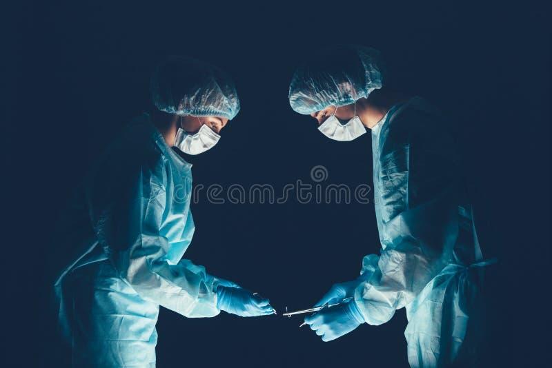 Hospital del equipo médico que realiza la operación Grupo de cirujano en el trabajo en sitio de teatro de operaciones Atención sa imágenes de archivo libres de regalías